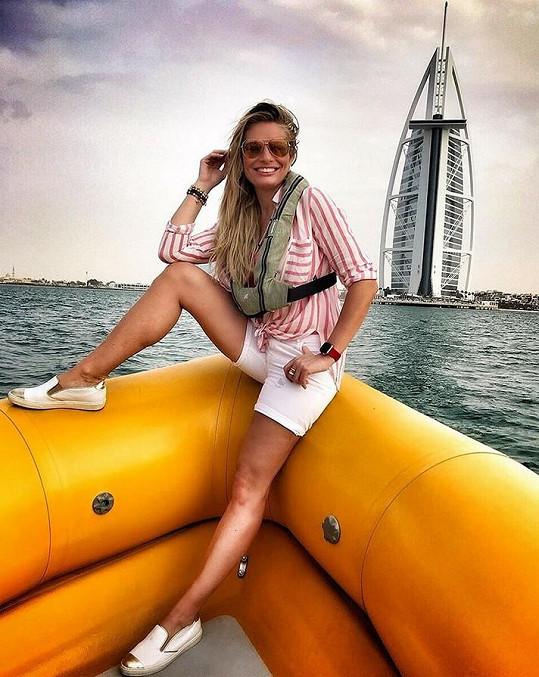 Moderátorka u slavného hotelu Burj Al-Arab v Dubaji.
