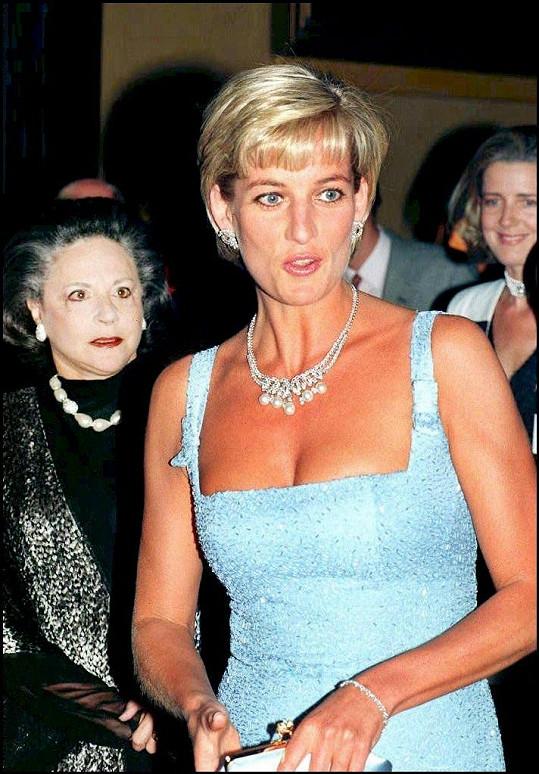 Diana na jednom ze svých posledních veřejných vystoupení s diamantovým náramkem, který na rozhovor s Oprah zvolila i Meghan.