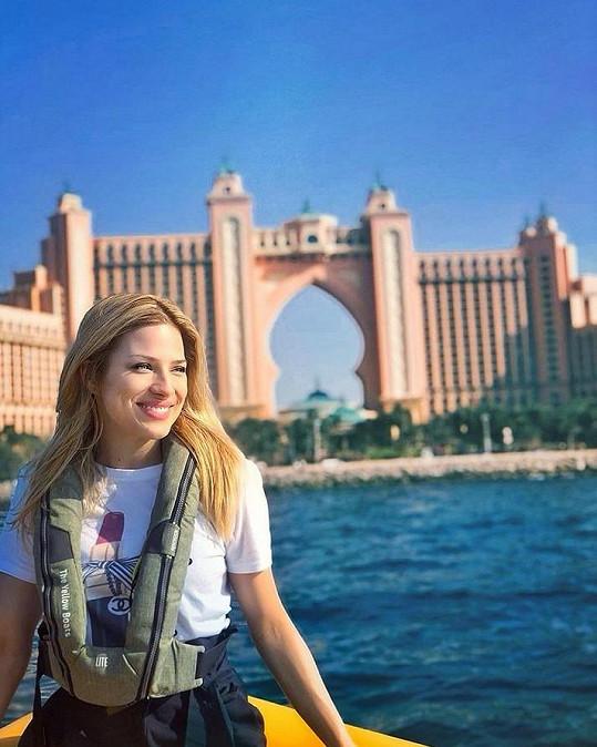 Moderátorka si užívá v Dubaji.