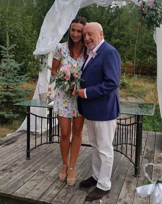 Gelemová chytila svatební kytici.