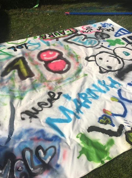 Dorazila spousta kamarádů, kteří oslavenkyni namalovali krásnou plachtu.