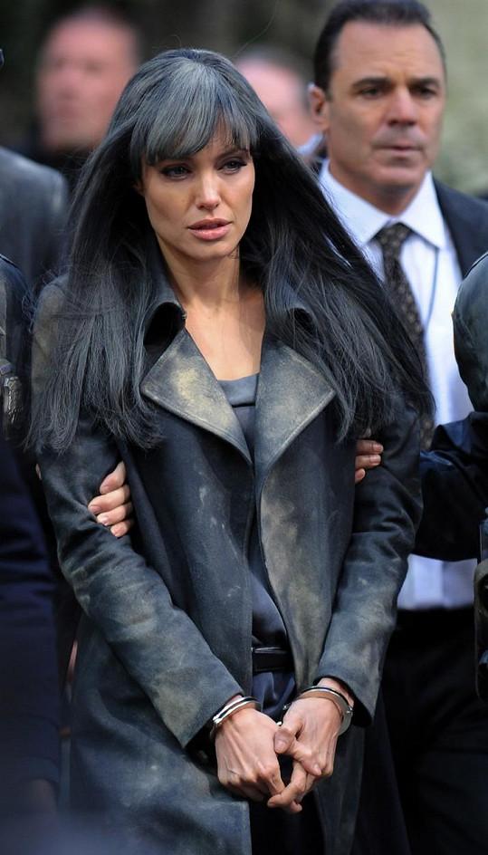 Angelina Jolie si při vzniku snímku Salt poranila hlavu a dodnes má jizvu.