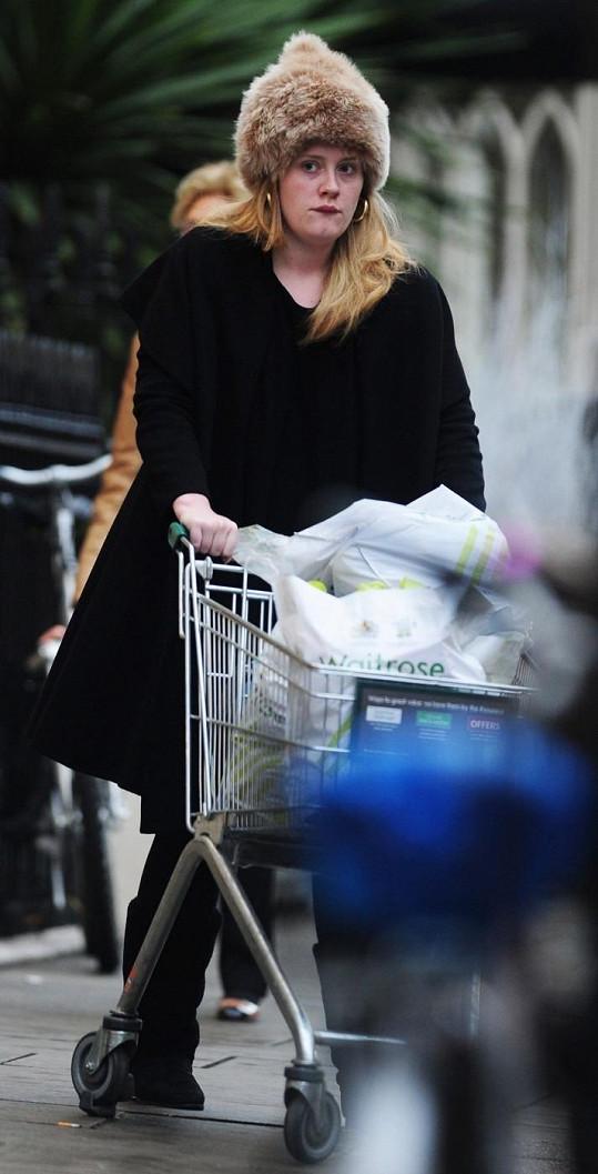 Nenalíčená Adele vyrazila na nákup.