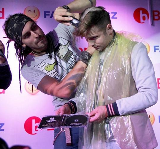 Album se křtilo zpěvákovými vlasy.