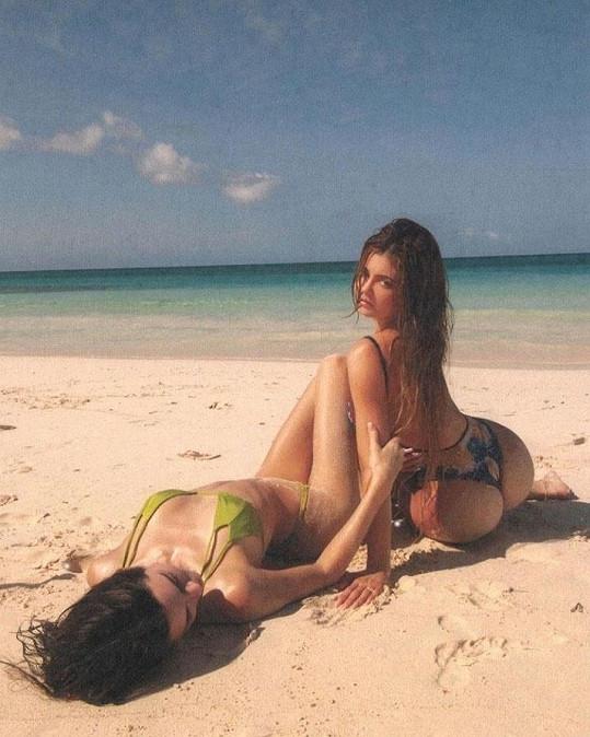 V exotickém ráji nafotila žhavé snímky se sestrou Kylie.