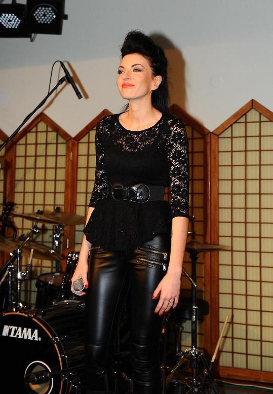 Hana Robinson oslavenci zazpívala.