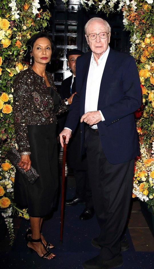 Michael Caine s manželkou Shakirou nechyběli na oslavě padesátin klubu, kde se poprvé setkali.