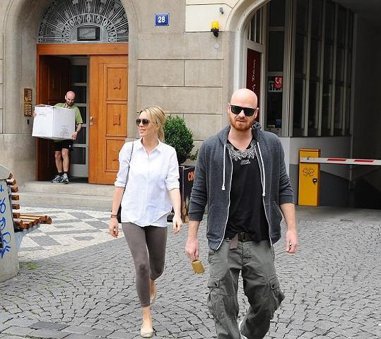 Simona s manželem naposledy odcházejí ze Slovanského domu, kde žili skoro tři roky.