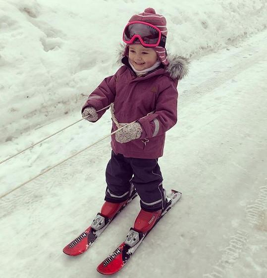 Dokonce ji už začala učit lyžovat.