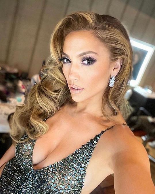 Jennifer Lopez předvedla dokonalou figuru v šatech s vražedným výstřihem.
