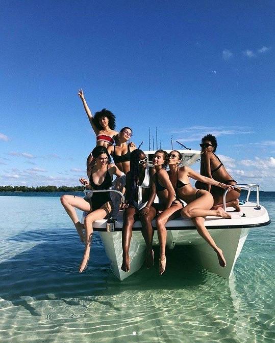 Skupina kamarádek si na Bahamách pronajala loď.