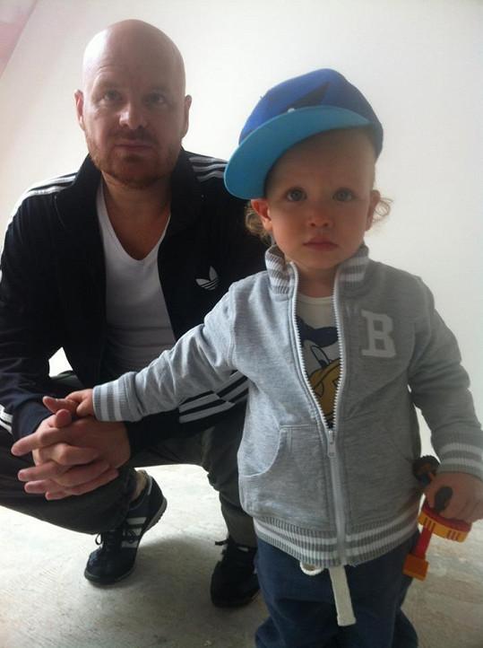 Karel Vágner se synem Maxem, kterému se nedávno narodil bráška Bruno.