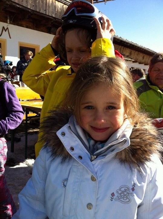 Jasmínku lyžování baví a odvážila se i na černou sjezdovku.
