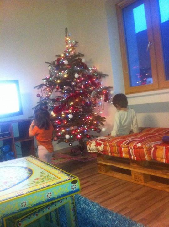 Michálek a Zuzanka Decastelo u zdobení stromku.