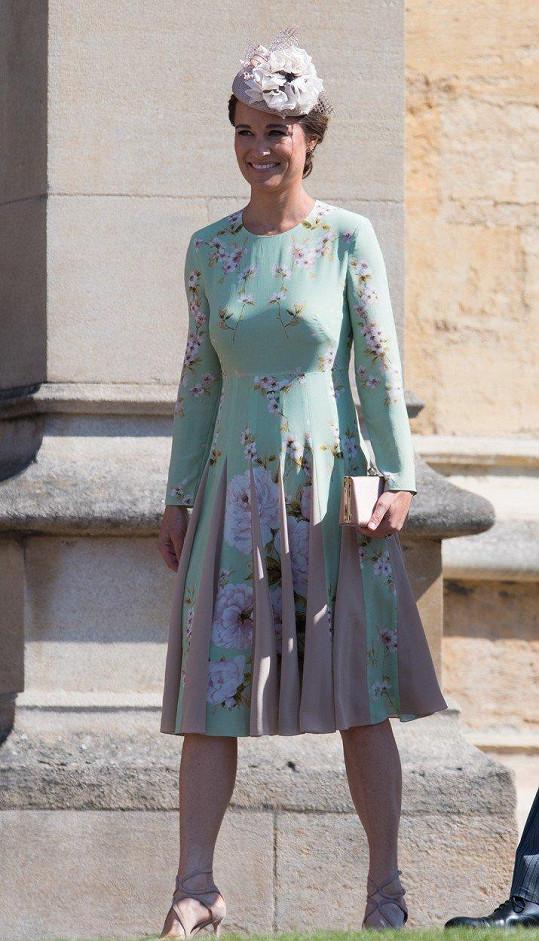 Díky potisku mentolových šatů značky The Fold London byla Pippa Matthews terčem vptímků na internetu. Její model okamžitě srovnávali s plechovkou známého zeleného čaje.