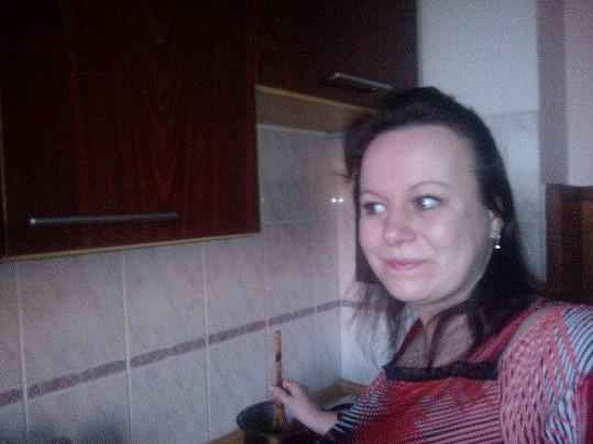 Romana v kuchyni ráda experimentuje.