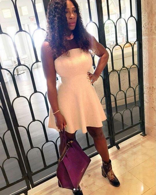 Serena Williams vypadá po porodu dcery výborně.