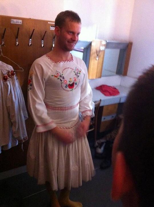 Jakub Prachař se obléká do kroje.