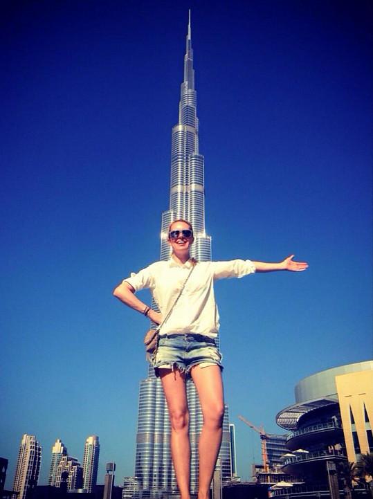 Simona Krainová před 828 metrů vysokým mrakodrapem Burdž Chalífa.
