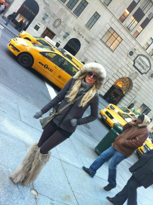 Simona vyrazila do newyorských ulic ve stylovém outfitu.