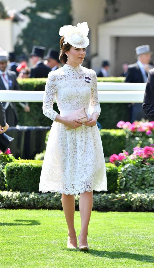 Kate oblékla šaty za 135 tisíc korun.