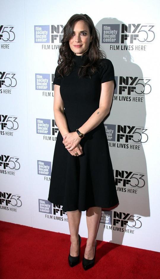 Winona Ryder vypadá i ve 44 letech jako holčička....