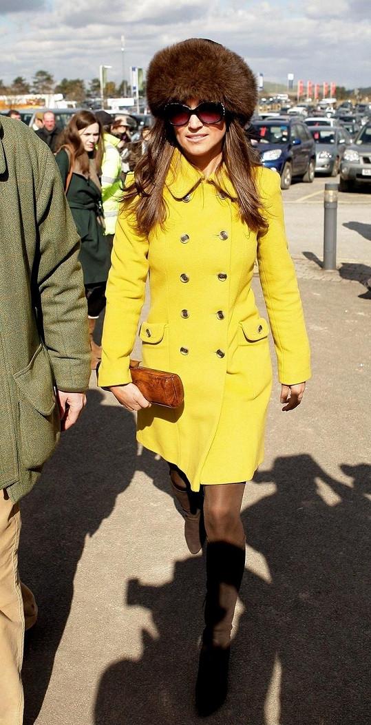 Pippa Middleton na dostihovém překážkovém festivalu v Cheltenhamu.