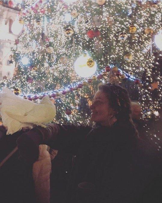 Paris Jackson vyrazila na vánoční trh na Staroměstské náměstí.