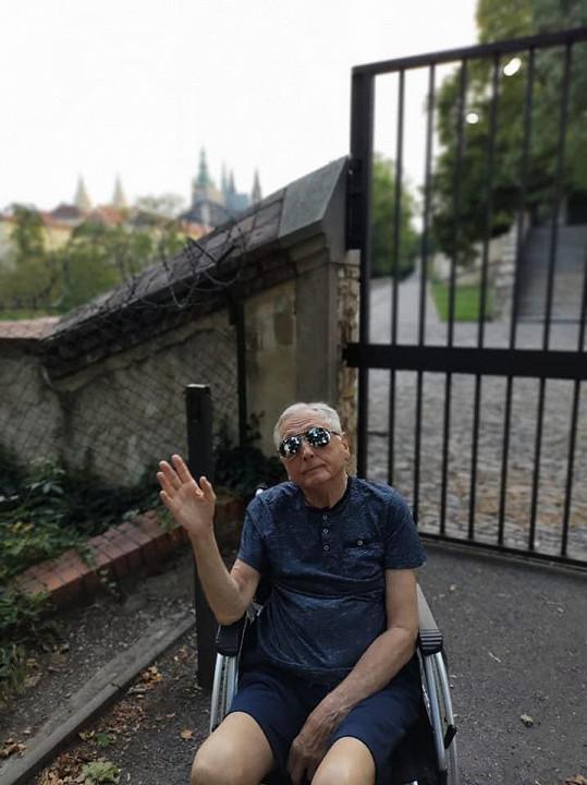 Dům je bezbariérový, má zahradu a bazén, který Jiřímu Menzelovi pomáhá při rehabilitaci nohou.
