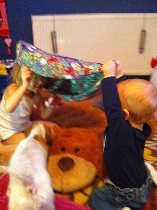 Laura a Max si spolu užijí kupu legrace.
