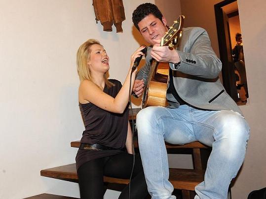 Což se jí nevyplatilo, když zpívala na schodech salonu s Milošem Novotným.