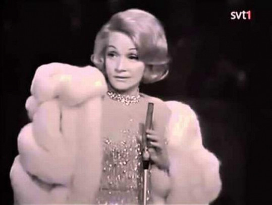 Marlene Dietrich při zpěvu písně Johnny