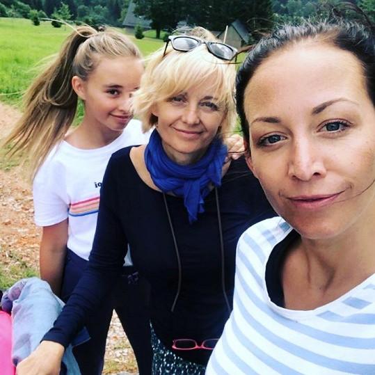 S dcerami Agátou a Kordulou si také užívá léto.