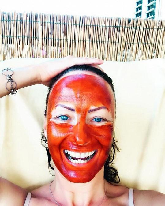 Daniela pobavila i vylekala s maskou na tváři.
