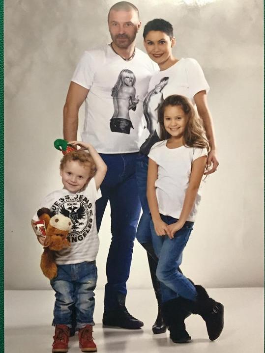 Vlaďka s dětmi a manželem Tomášem Řepkou
