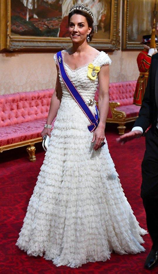 Vévodkyně Kate na banket v Buckinghamském paláci zvolila róbu značky Alexander McQueen a oblíbenou tiáru Cambridge Lovers Knot.