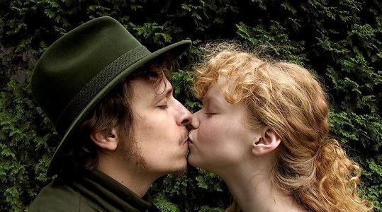 Anna s Tomášem při polibku.