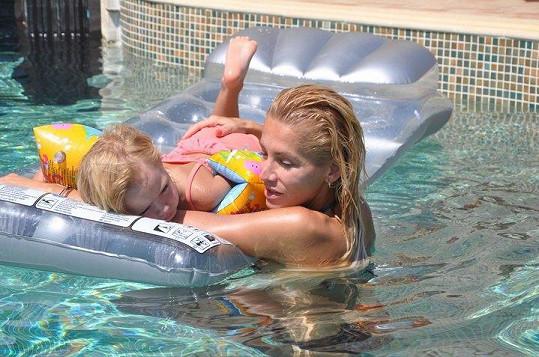 Dara Rolins si s dcerou Laurou užívá dovolenou v Řecku