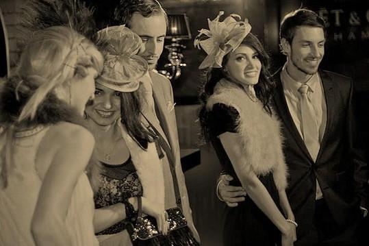 Martin Gardavský s přítelkyní Denise Bengosi a Mirek Hrabě s kolegyněmi ve filmu Closed relationship.
