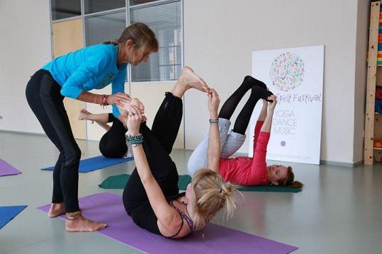 Do cvičení jógy s Paddy McGarth se zapojily Kamila Špráchalová, Kristýna Janáčková a Kateřina Herčíková.