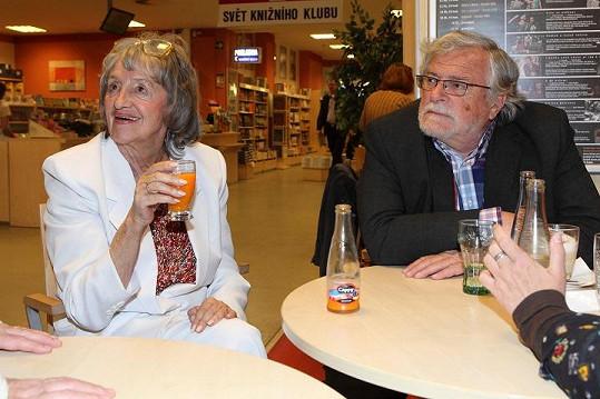 Petra napsala knihu o Nině Divíškové (na snímku s manželem Janem Kačerem).