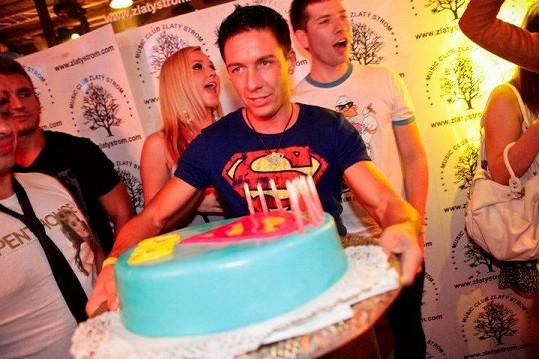 Viktor s dortem od Niki.