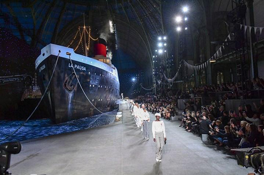 Megalomanský génius Karl Lagerfeld nechal v Grand Palais již vystavět kopii Eiffelovky, vesmírnou raketu, nebo vodopád. Nyní v klenotu světové výstavy z roku 1900 stál zaoceánský parník.