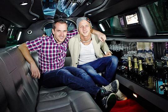 Tomáš Klus s moderátorem Mírou Hejdou v pořadu Limuzína