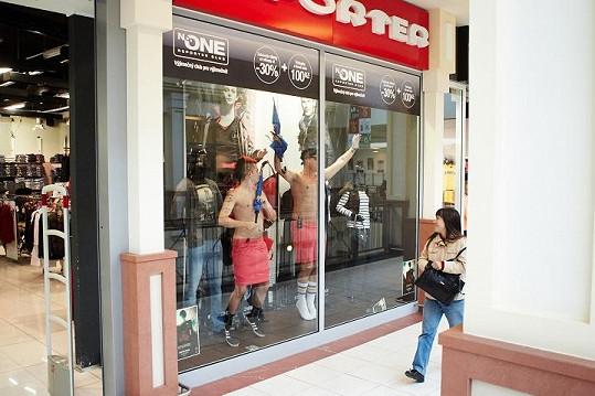Kluci z kapely Rybičky 48 pózovali jako figuríny v obchodě.