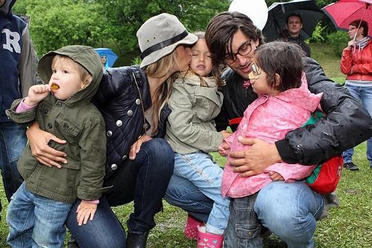 Tereza s rodinkou a malou holčičkou, která se jí držela jako klíště.
