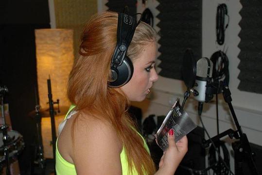 Šuľáková v nahrávacím studiu.