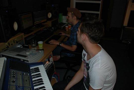 Peticzky při nahrávání písně.