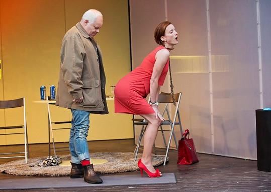 Maurerová v divadle špulí zadek na kolegu Klepla.