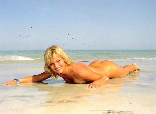 U moře v Tunisku se poprvé fotila nahá.